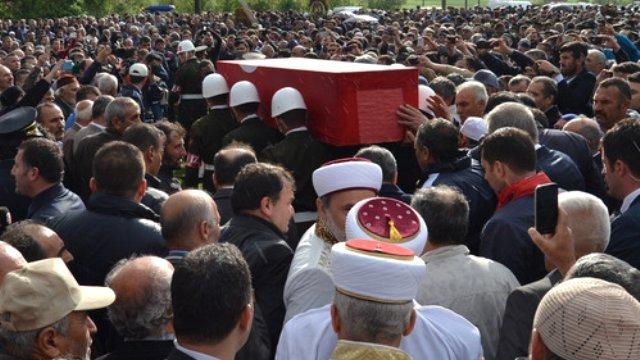 mardin-sehidi-yilmaz-in-cenaze-namazi-yagmur-8388750_x_o