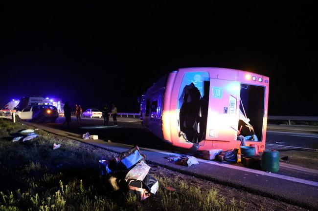 TEM otoyolunun Bolu kesiminde, cenazeye gidenlerin bulunduğu otobüsün tıra çarpması sonucu 22 kişi yaralandı. ( Mehmet Emin Gürbüz - Anadolu Ajansı )
