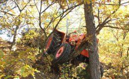 Odun Yüklü Traktör, Ağaçlara Çarparak Durabildi: 2 Yaralı…