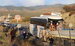 Yolcu Otobüsü, Tır'a Çarptı: 2 Kişi Öldü, 34'ü Asker, 40 Yaralı..