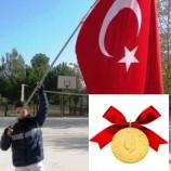 Dev Türk Bayrağına , Kaymakamın Ödülü Altın Oldu…