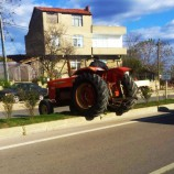 Traktör Sürücüsünden Tehlikeli Dönüş…