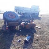 """Boyabat'ta """"SİS"""" Kaza Getirdi , Traktörle , Kamyon Çarpıştı, 1 Ağır Yaralı…"""