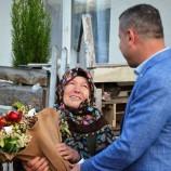 Boyabat'ta İnek Bağışlayan Teyzeye , Başkan Çakıcı'dan Çiçekli Ziyaret…
