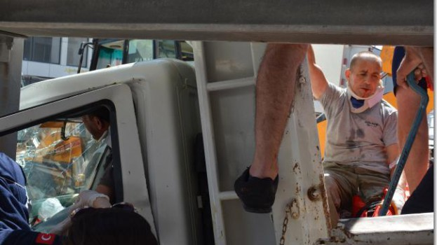 Sinop'ta freni boşalan kamyonet üst geçide çarptı…