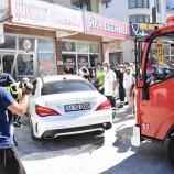 Firen Yerine Gaza Bastı, Otomobil Eczaneye Daldı, 2 Yaralı…