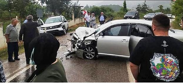 İki Otomobil Kafa Kafaya Çarpıştı: 1'i Bebek 6 Yaralı…