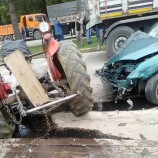 Cenaze Aracı ,Traktörü İkiye Böldü, 3 Yaralı…